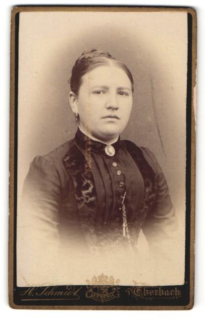 Fotografie H. Schmidt, Eberbach, Portrait junge Frau mit zusammengebundenem Haar