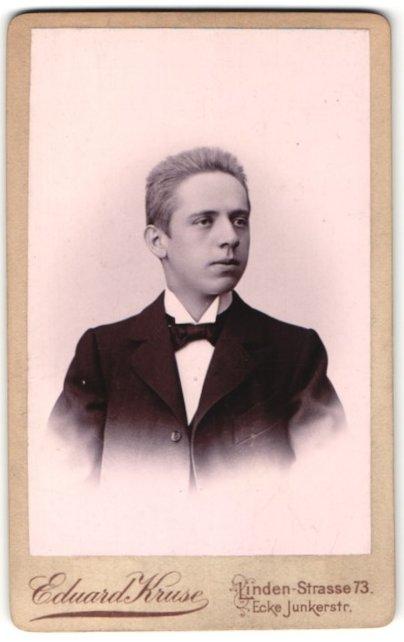 Fotografie Eduard Kruse, Berlin-SW, Portrait junger Mann mit Bürstenhaarschnitt
