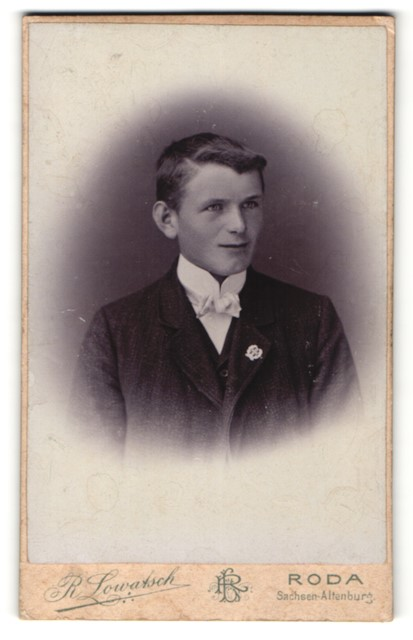 Fotografie R. Lowatsch, Roda, Portrait halbwüchsiger Knabe in Anzug