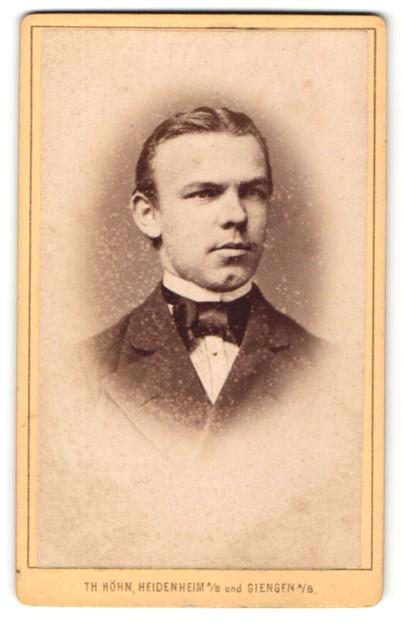 Fotografie Th. Höhn, Heidenheim a/B & Giengen a/B, Portrait junger Mann mit zurückgekämmtem Haar