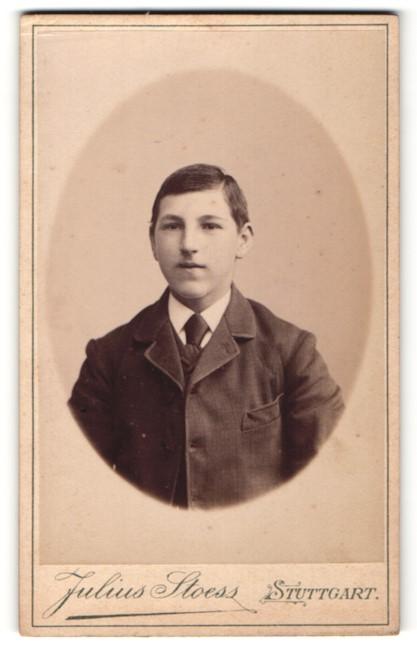 Fotografie Julius Stoess, Stuttgart, Portrait Knabe in Anzug
