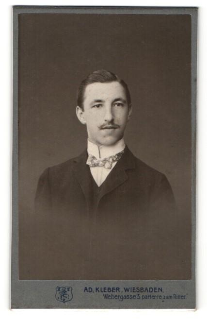 Fotografie Ad. Kleber, Wiesbaden, Portrait bürgerlicher Herr in Anzug