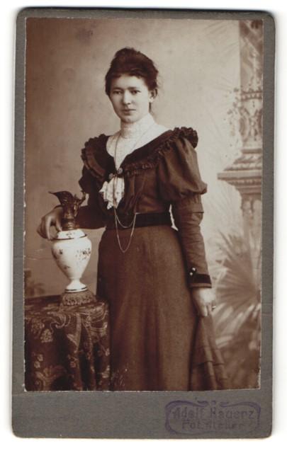 Fotografie Adolf Kauerz, Potsdam, Portrait junge Dame in Kleid