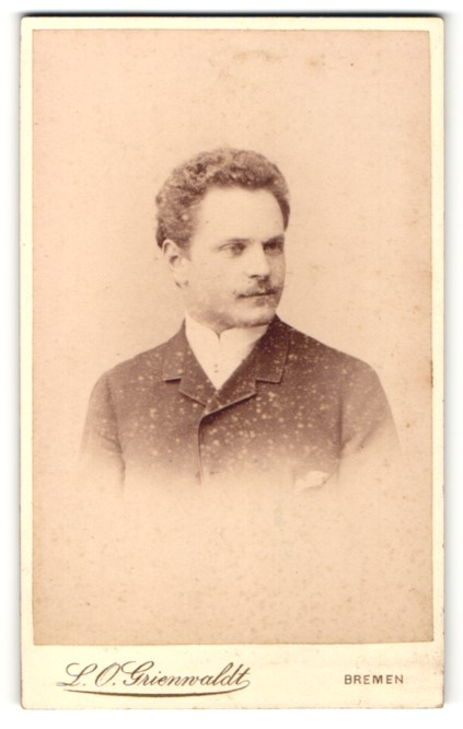 Fotografie L. O. Grienwaldt, Bremen, Portrait Herr mit zurückgekämmtem Haar