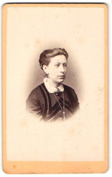 Fotografie Schreiber & Ochs, Frankfurt a/Oder, Portrait Dame mit zeitgenöss. Frisur