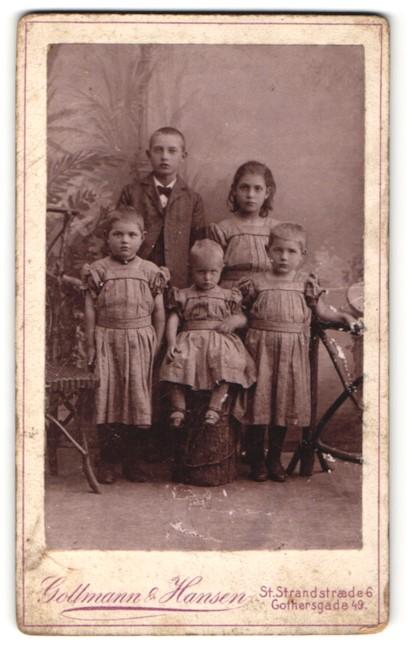 Fotografie Gollmann & Hansen, Kjobenhavn, Portrait Bub mit vier kleinen Geschwistern