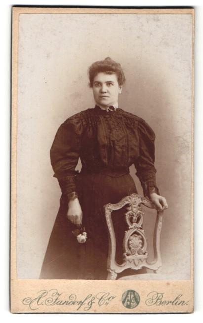 Fotografie A. Jandorf & Co., Berlin, Portrait Dame in zeitgenöss. Garderobe