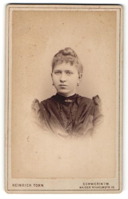 Fotografie Heinrich Tonn, Schwerin i/M, Portrait junge Frau mit zusammengebundenem Haar