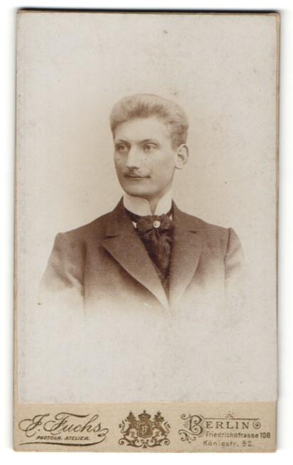 Fotografie J. Fuchs, Berlin, Portrait junger Herr mit zurückgekämmten Haar