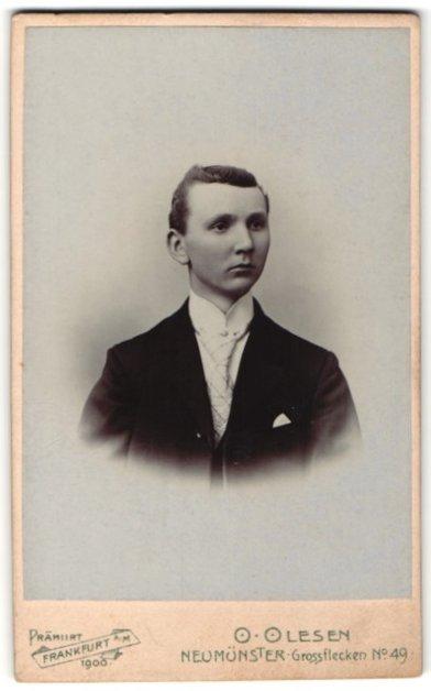 Fotografie O. Olesen, Neumünster, Portrait junger Herr in Anzug