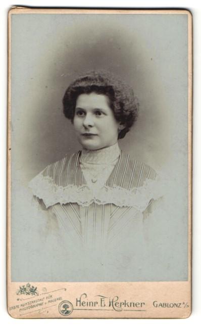 Fotografie Heinr. E. Herkner, Gablonz a/N, Portrait bürgerliche Dame
