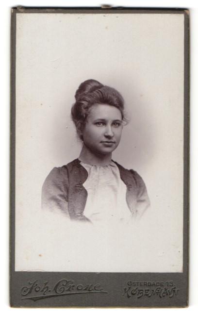 Fotografie Joh. Crone, Kobenhavn, Portrait junge Dame mit zusammengebundenem Haar