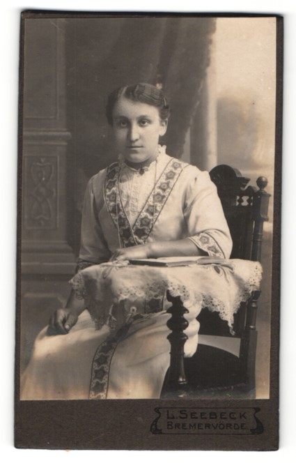 Fotografie L. Seebeck, Bremervörde, Portrait junge Frau in zeitgenöss. Mode