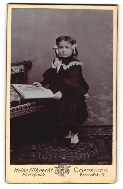 Fotografie Heinr. Albrecht, Coepenick, Portrait kleines Mädchen mit Haarschleifen