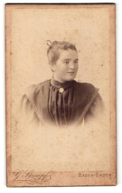 Fotografie G. Stumpf, Baden-Baden, Portrait Fräulein mit zusammengebundenem Haar