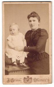 Fotografie J. Grimm, Offenburg i/B, Portrait junge Frau und Säugling