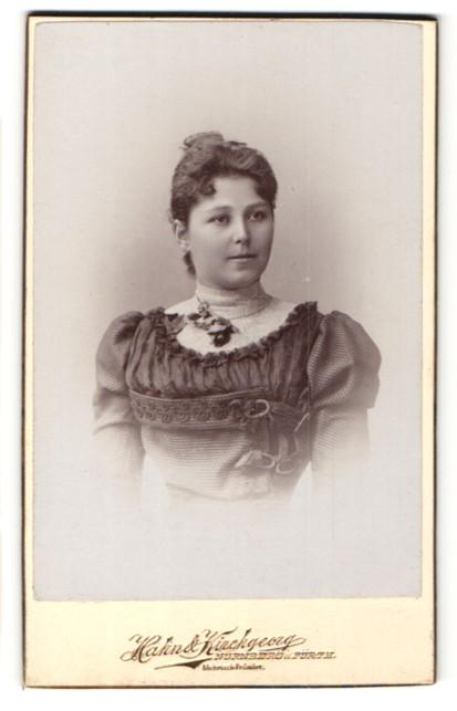 Fotografie Hahn & Kirchgeorg, Nürnberg & Fürth, Portrait junge Frau mit zeitgenöss. Frisur