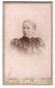 Fotografie Gustav Karsch, Dresden, Portrait junge Frau mit zusammengebundenem Haar