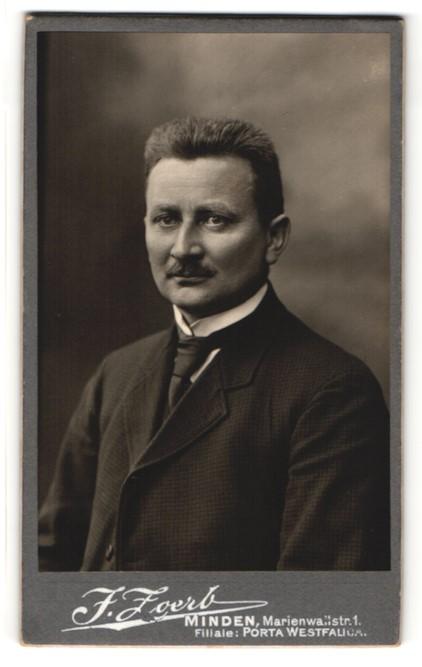 Fotografie J. Zoerb, Minden, Portrait Herr mit Bürstenhaarschnitt