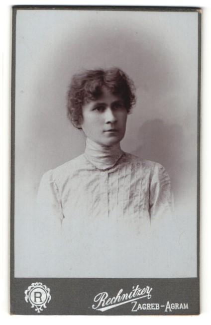 Fotografie Rechnitzer, Zagreb-Agram, Portrait junge Frau mit zusammengebundenem Haar