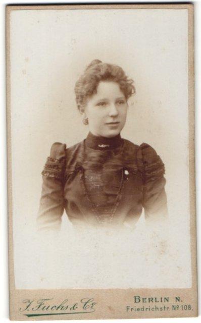 Fotografie J. Fuchs & Co., Berlin-N, Portrait Fräulein mit zeitgenöss. Frisur