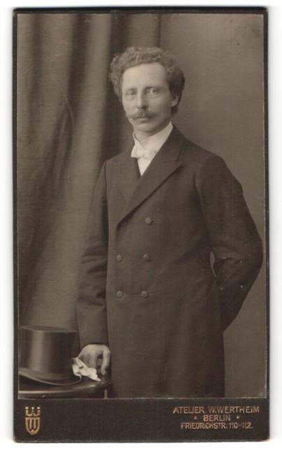 Fotografie W. Wertheim, Berlin, Portrait Herr in Abendgarderobe