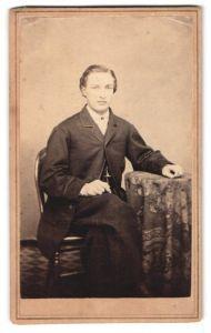 Fotografie Vaughan, New York, NY, Portrait junger Mann mit zeitgenöss. Frisur