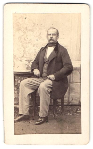 Fotografie unbekannter Fotograf und Ort, Portrait betagter Herr in zeitgenöss. Kleidung