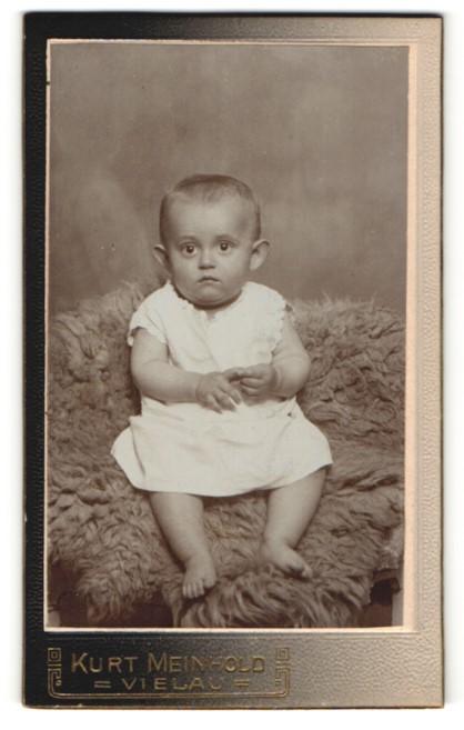 Fotografie Kurt Meinhold, Vielau, Portrait Säugling in Kleidchen