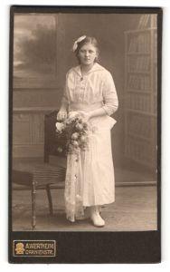 Fotografie A. Wertheim, Berlin, Portrait Mädchen in festlicher Kleidung
