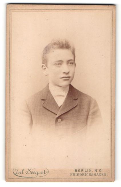Fotografie Carl Seegert, Berlin-NO, Portrait Knabe in Anzug