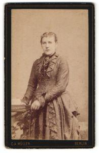 Fotografie C. A. Müller, Berlin, Portrait junge Frau in zeitgenöss. Kleidung