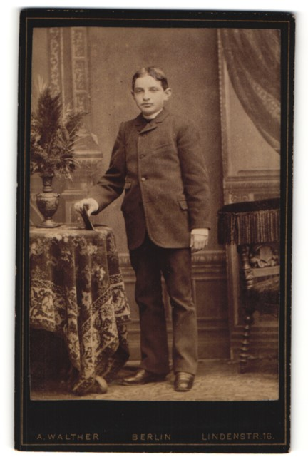 Fotografie A. Walther, Berlin, Portrait Knabe in Anzug