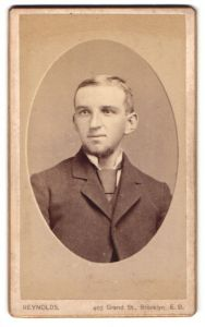 Fotografie Reynolds, New York-Brooklyn, NY, Portrait junger Mann mit Kinnbart