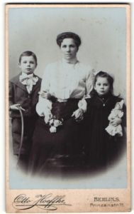 Fotografie Otto Hoeffke, Berlin-S, Portrait Mutter mit zwei Kindern