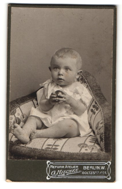 Fotografie G. Mischke, Berlin-W, Portrait Säugling in Leibchen