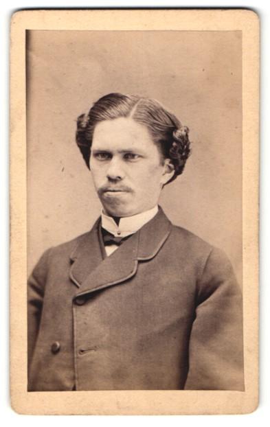 Fotografie Otto Weise, Mühlhausen iTh, Portrait Mann mit zeitgenöss. Frisur