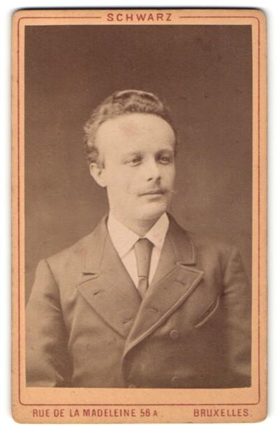 Fotografie Schwarz, Bruxelles, Portrait Herr mit zeitgenöss. Frisur