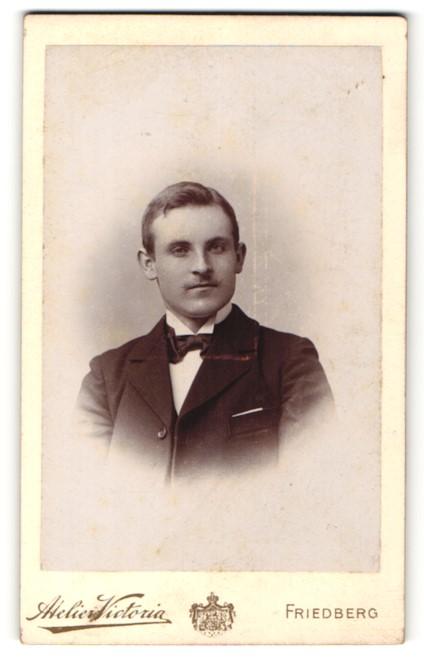 Fotografie Atelier Victoria, Friedberg, Portrait junger Mann in Anzug