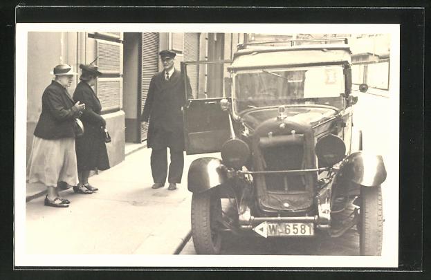 Foto-AK Chauffeur öffnet Damen die Tür zu Auto