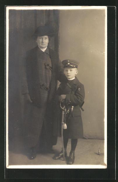 Foto-AK Knabe in Uniform mit Säbel neben seiner Mutter