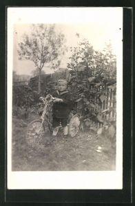Foto-AK Knabe mit Dreirad im Garten