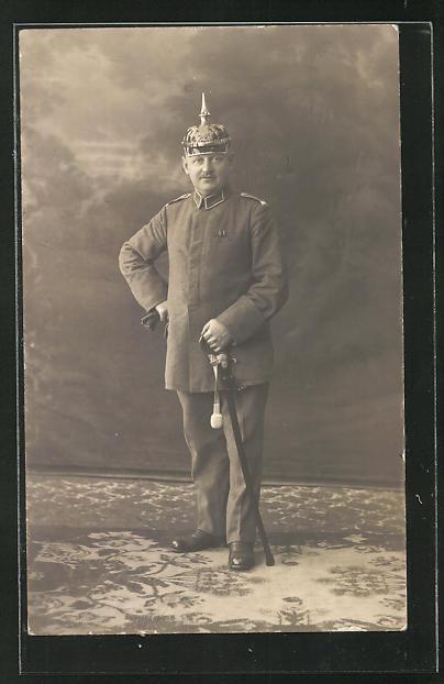 Foto-AK Soldat in Uniform mit Pickelhaube und Degen
