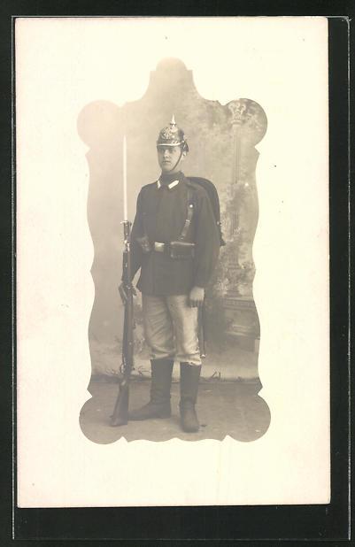Foto-AK Soldat in Uniform mit Pickelhaube, Gewehr mit Bajonett bei Fuss