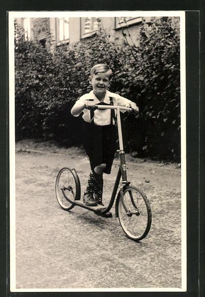 Foto-AK Knabe auf seinem Tretroller