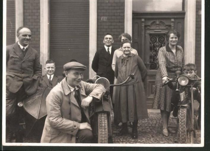 Fotografie Motorrad, Männer mit Krad und Beiwagen, Knabe auf Motorrad sitzend