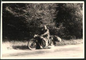 Fotografie Motorrad BMW, Fahrer mit Krad voller Gepäck