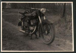 Fotografie Motorrad MZ-IFA RT125, Krad auf einem Feldweg