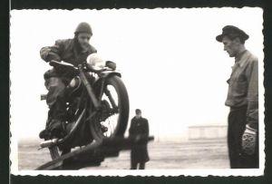 Fotografie Motorrad AWO 425, Fahrer auf Krad bei einer Geschicklichkeitsfahrt