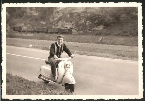 Fotografie Motorroller NSU, junger Mann auf LKrad sitzend